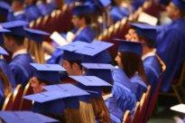 studenci na rozdaniu dyplomów